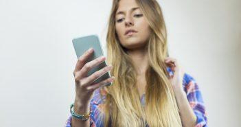 WhatsAppitis, o cuello de texto y pulgar atascado, son los nuevos males que surgen del uso excesivo de dispositivos tecnológicos como tablets y celulares.