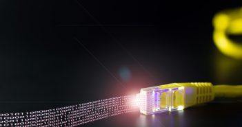 La ITU y la OCDE definen técnicamente el servicio de banda ancha como la capacidad de descarga de datos por Internet a velocidades de por lo menos 256 kbps.