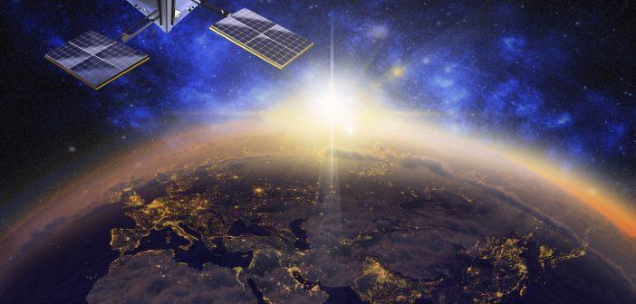 En el espacio exterior existen miles de satélites que terminaron su vida útil y que además desprenden residuos y fragmentos, los cuales orbitan alrededor de la Tierra para después caer como proyectiles, lo que representa una amenaza a las telecomunicaciones.
