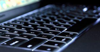 Apple se convirtió en la primera empresa que cotiza en bolsa en Estados Unidos en alcanzar un valor de 1 billón de dólares.