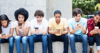 Las transferencias de dinero y el pago de servicios a través de dispositivos móviles comienzan a derribar las barreras de la brecha financiera