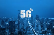 """TECNOLOGÍAS Ericsson convierte pérdidas en utilidades gracias a redes 5G Ericsson reportó un beneficio de 2 mil 748 millones de coronas suecas en el tercer trimestre del año luego de haber registrado pérdidas durante el mismo periodo de 2017. 18-10-2018 16:40 Por : Arena Pública Compartir en Facebook Compartir en Twitter eMail Más redes A+ A- Las redes 5G se han perfilado como el futuro de la telefonía móvil (Foto: @ericsson) Las redes 5G se han perfilado como el futuro de la telefonía móvil (Foto: @ericsson) ¿Por qué es importante?: Las redes 5G han sido perfiladas como el siguiente paso en telefonía móvil y como la base de tecnologías como coches autónomos y ciudades inteligentes. Que Ericsson atribuya su buen desempeño trimestral a su inversión en equipos para redes 5G apunta a la inminencia de estas en el mercado. ¿Qué sucedió?: La productora de equipo de telecomunicaciones sueca Ericsson presentó resultados favorables en su reporte financiero del tercer trimestre de 2018. La empresa atribuyó estos a la mayor demanda por equipo 5G. PUBLICIDAD ¿Qué es esto?: El concepto """"5G"""" describe una red que cumple con ciertos requerimientos técnicos, particularmente de velocidad para procesar datos. En términos simples, las redes 5G permitirán que el flujo de datos que circula en redes inalámbricas de internet sea mucho mayor al permitido por la red más reciente, conocida como 45 LTE. Las cifras hablan: Ericsson reportó utilidades netas por 2 mil 748 millones de coronas suecas en su tercer trimestre de 2018. Con este resultado, su margen de flujo operativo fue de 6.7%. El año anterior registró pérdidas netas equivalentes a 3 mil 457 millones de coronas suecas. Reporte de resultados financieros de Ericsson al tercer trimestre de 2018 La frase clave: """"Las redes 5G vienen con un impulso tremendo, particularmente en mercados establecidos. Sin embargo, todavía queda trabajo por hacer para que cada una de las partes de este negocio alcancen niveles de desempeño satisfactorios"""", di"""