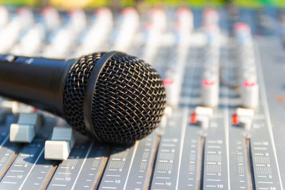 En el comunicado enviado a la Bolsa Mexicana de Valores (BMV), la firma señala que el cambió será efectivo a partir del 15 de junio. Aguirre Gómez -quien posee 36% de las acciones de radio Centro- continuará en la presidencia de la compañía. Los orígenes del Grupo Radio Centro en la radiodifusión se remontan a hace más de 70 años, cuando su fundador Don Francisco Aguirre J. inició actividades en 1946. Grupo Radio Centro es operador y afiliador de más de 200 estaciones de radio con presencia en la Ciudad de México, Los Ángeles, Monterrey y Guadalajara.