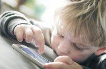 El uso de dispositivos digitales móviles, sean teléfonos móviles o computadoras tablet por parte de niños es un tema polémico en discusiones sobre desarrollo infantil.