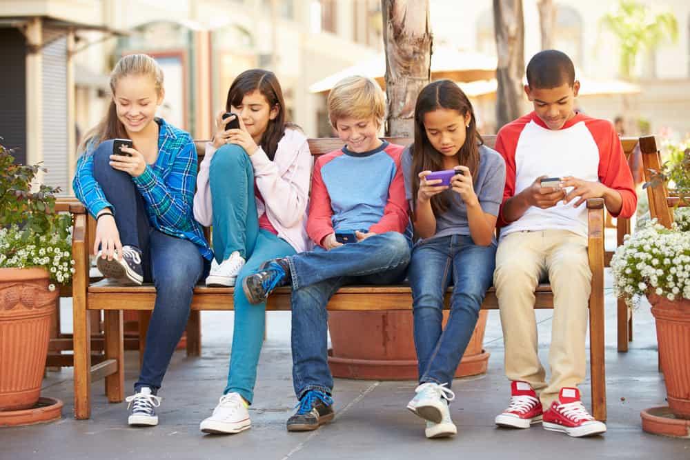 En los últimos días del ciclo escolar, además de planear las vacaciones de verano, muchos padres, madres y tutores comienzan las compras de la lista de útiles y uniformes para el siguiente ciclo.